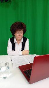 Na zdjęciu: współprowadząca debatę, dr hab. prof. UJK Marzena Marczewska, dyrektorka ILiJ, spogląda w leżący przed nią laptop