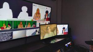 Na zdjęciu: studio Uniwersyteckiego Centrum Mediów. Ma ekranach widoczni: Mateusz Adamczyk, Marzena Marczewska, Katarzyna Ostrowska.